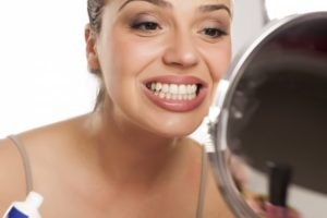 Woman smiling with a healthy set of teeth